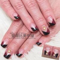 哇嗚!!酒紅色跟黑色真的是好搭噢 加上簡單的穿插方式就好美呦~  *FB搜尋: 愛爾比美甲屋 www.facebook.com/Albeenailart *LINE ID: shiroko5477